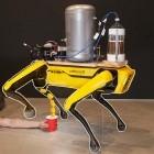 Boston Dynamics: Roboterhund Spot pinkelt Bier in einen Becher