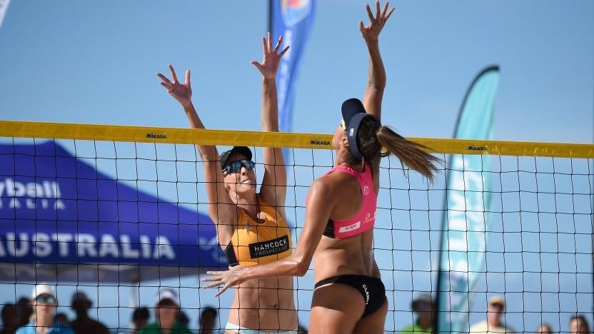 Australischer Beach-Volleyball am Coolangatta-Strand im März 2021