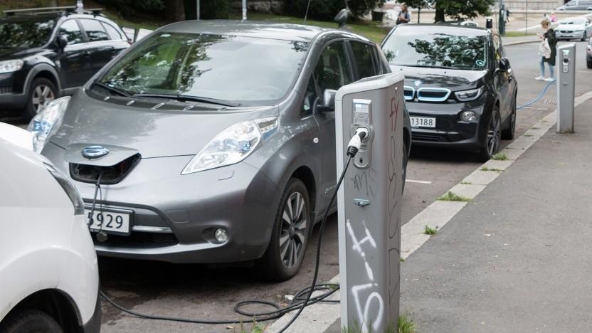Elektroautos an der Ladesäule in Oslo: Norwegen ist immer noch europäische Spitze.