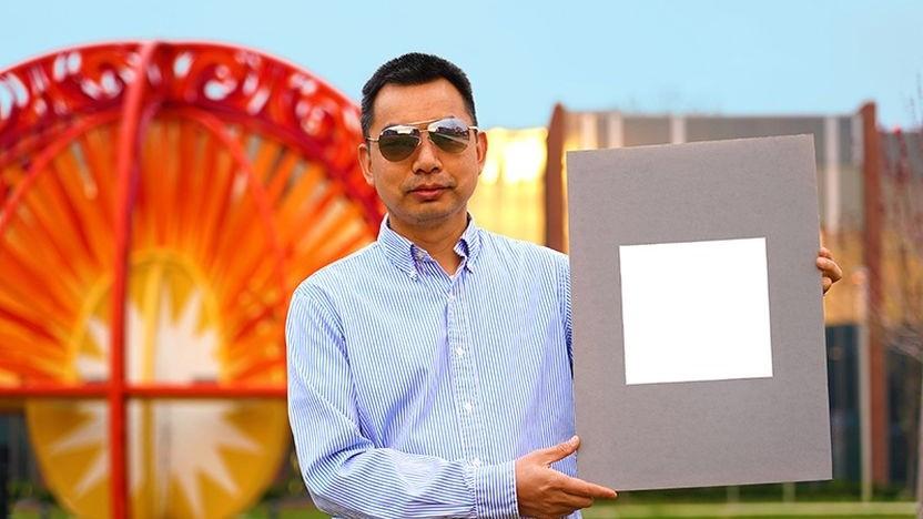 Projektleiter Xiulin Ruan mit dem Super-Weiß: verschieden große Bariumsulfat-Partikel