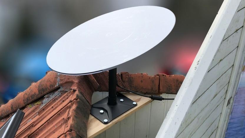 Starlink fest installiert auf dem Dach-Balkon