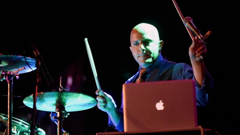 Schlagzeuger Drew Masterpole von Grimm mit Hardware von Apple.