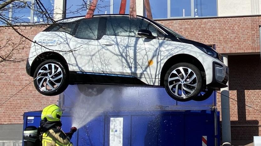 Der BMW i3 wird in einen Container gehievt.