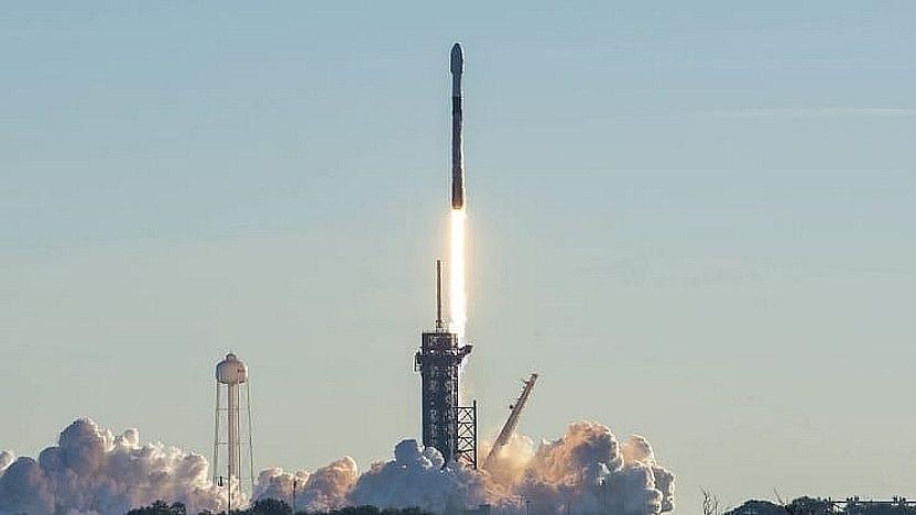 Eine Falcon 9-Rakete startet am 20. Januar 2021 eine Starlink-Mission.