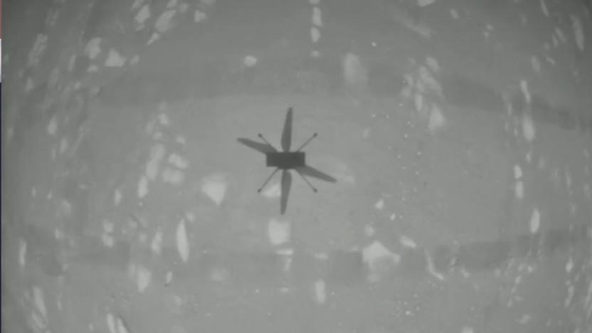 Eines der ersten Bilder des Marshelikopters Ingenuity während des Fluges zeigt dessen Schatten auf dem Boden.