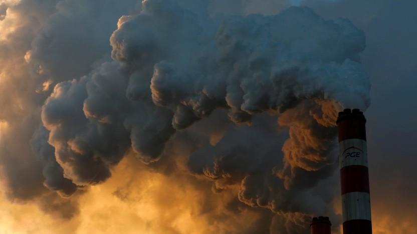 Rauchschwaden von Europas größtem Kohlekraftwerk im polnischen Belchatow
