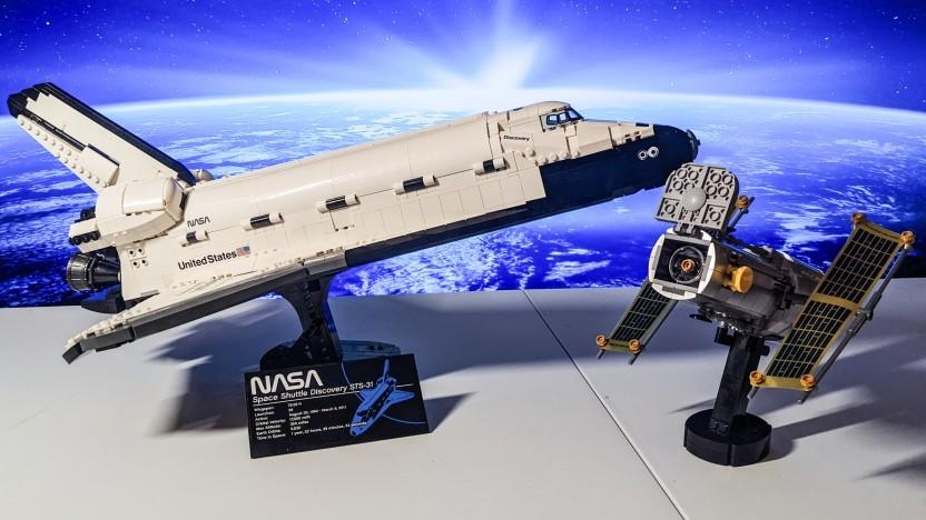 Space Shuttle Discovery und das Hubble-Teleskop kommen in einem Set.