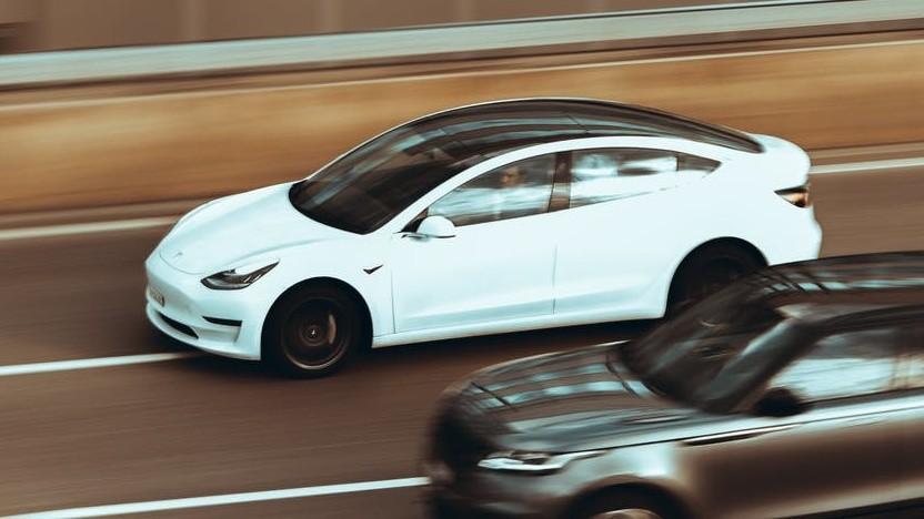 Tesla Model 3 auf dem Highway