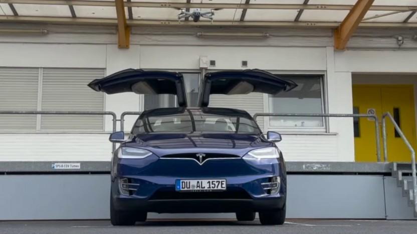 Eine Drohne öffnet die Türen eines Teslas: Die Embedded-Software Connman enthielt mehrere Sicherheitslücken.