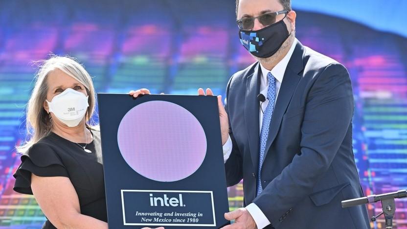 New Mexicos Governeurin, Michelle Lujan Grisham, und Intels Senior VP of Manufacturing, Keyvan Esfarjani