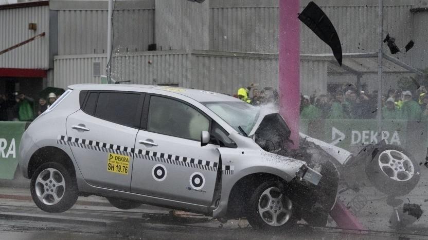 Nissan Leaf beim Crashtest: Vibrationen und Beschleunigungen beeinflussen das Verhalten von Akkus kaum.