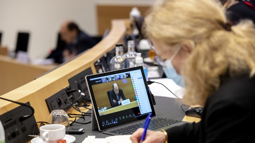 Das belgische Parlament, hier bei einer früheren Ausschusssitzung, musste seine Arbeit wegen des DDoS-Angriffs abbrechen.