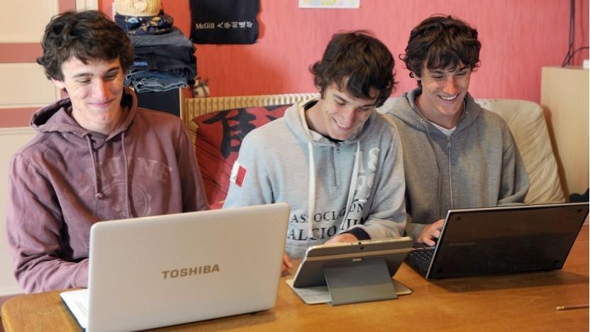 Jugendliche mit mobilen Endgeräten (Symbolbild): viel zu früh für politische Entscheidungen oder Regulierungen
