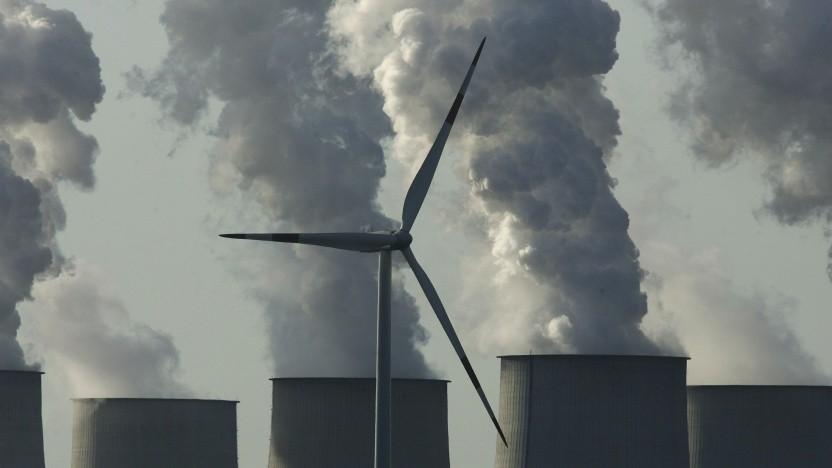 Windrad vor Kühltürmen: Das Kabinett hat am 12. Mai 2021 ein neues Klimaschutzgesetz verabschiedet.