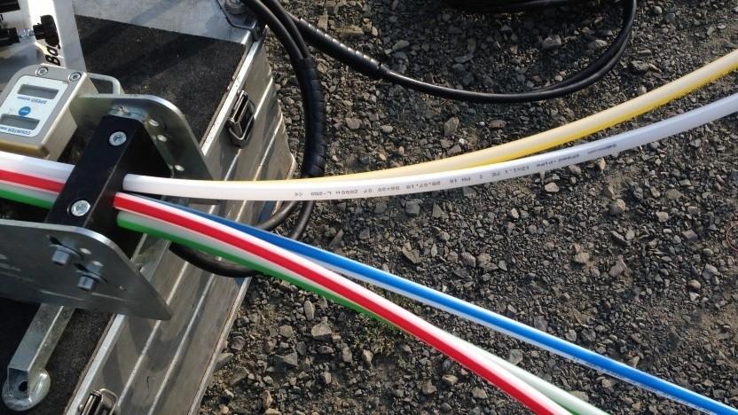 Glasfaser wird in grauen und weißen Flecken gefördert ausgebaut.