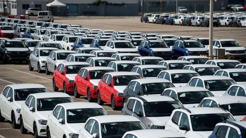Ein Bild vom 14. Mai 2021: Wegen der Halbleiterkrise stehen derzeit insgesamt rund 5.000 unfertige Autos vor einem VW-Werk in Pamplona.