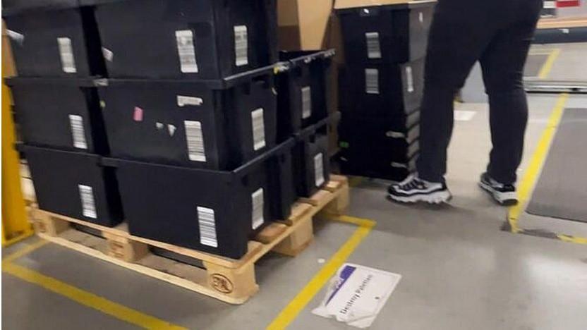 Warenboxen im Destroy-Bereich von Amazon