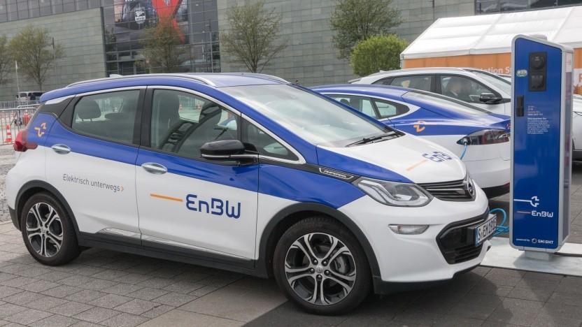 Elektroauto  und Ladesäule von EnBW: Will Anzahl seiner Ladepunkte verdreifachen.