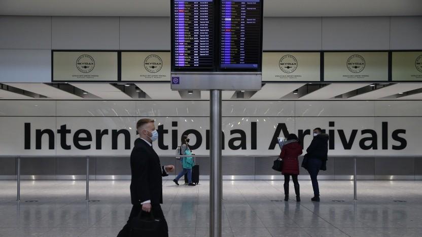 Einzelne Reisende kommen am Flughafen Heathrow an.
