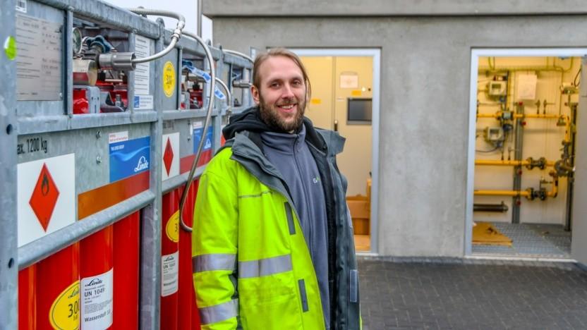 Hier werden Wasserstoff und Erdgas gemischt: Projektleiter Tom Lindemann vor der H2-Mischstation in Hamburg-Bergedorf.