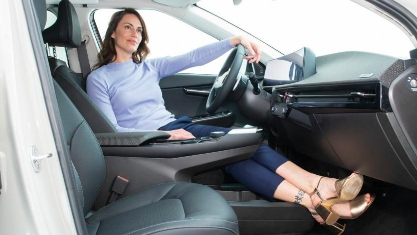 Immerhin eine Sitzprobe ist im Kia EV6 schon möglich gewesen.