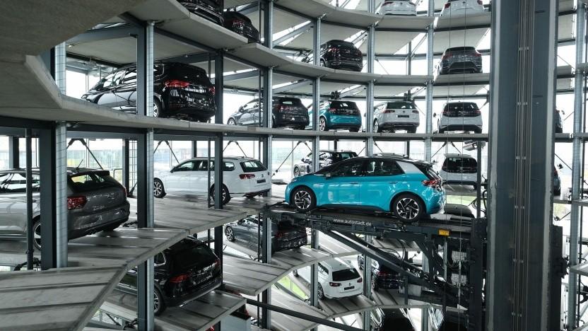 Elektroautos von VW im Showroom (Symbolbild)