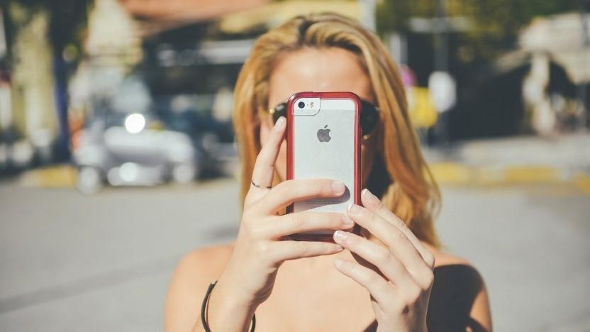 Frau mit iPhone (Symbolbild)