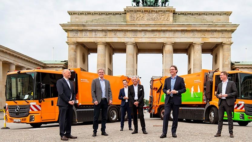 Die Wasserstoff-Müllautos bei der Übergabe