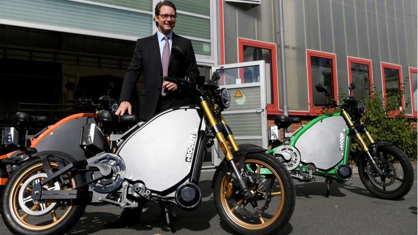Verkehrsminister Andreas Scheuer (bei der Besichtigung einer Fabrik für E-Motorräder): Es liegt noch einiges im Argen.