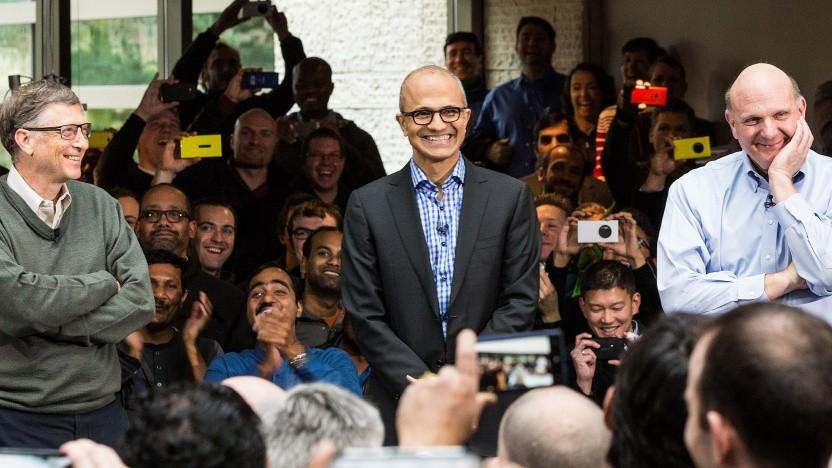 Bill Gates (l.) und Steve Ballmer (r.) kündigen 2014 Satya Nadella (M.) als neuen CEO an.
