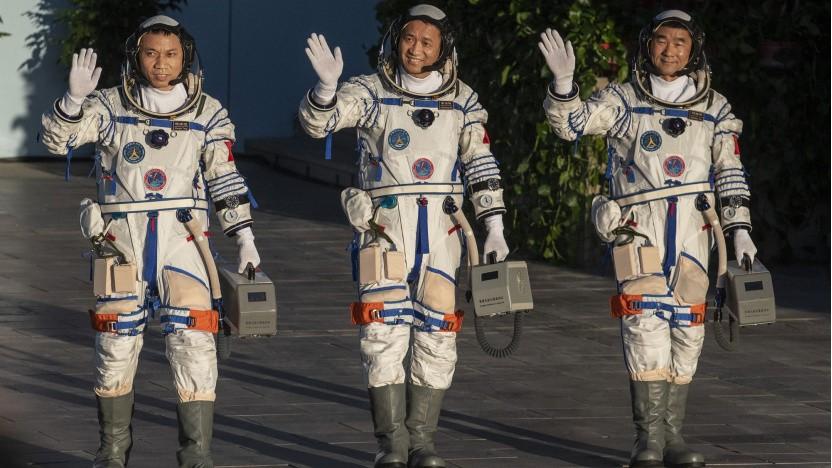 Tianhe-Besatzung Tang Hongbo, Nie Haisheng und Liu Boming (v. l.) kurz vor dem Start