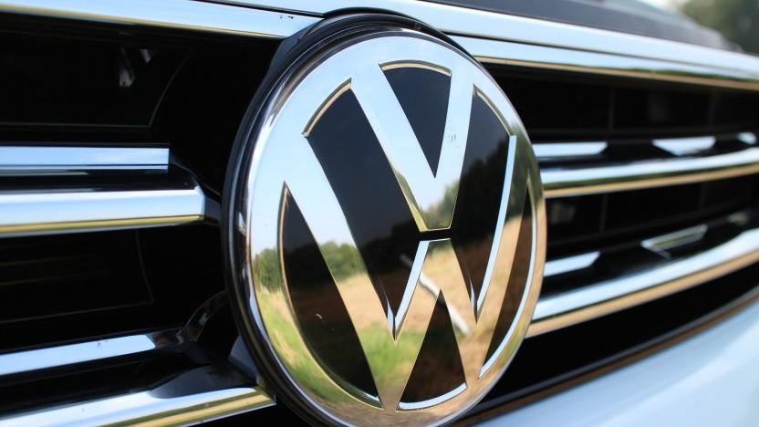 VW-Logo auf einem Volkswagen