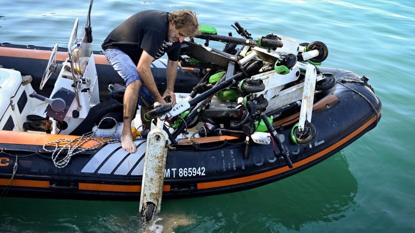 In Marseille werden E-Scooter von Lime aus dem Meer gefischt.