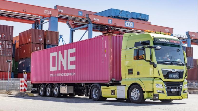 Truckpilot Hamburg: Der Lkw rangiert selbstständig zum Entladen des Containers.