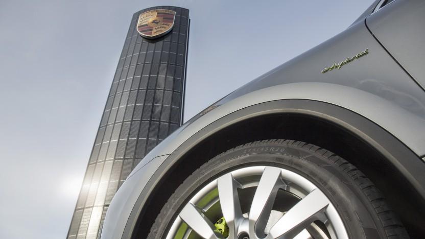 Das Hinweisschild von Porsche in Berlin-Adlershof ist mit Solarzellen bestückt.