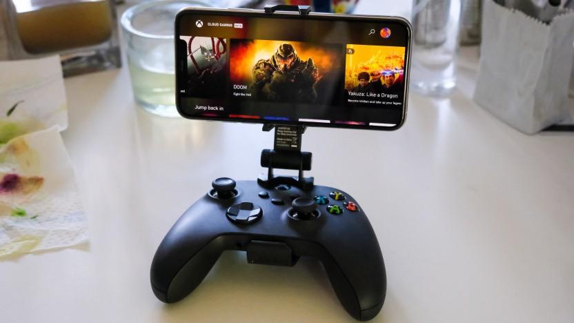 Controller der Xbox Series X mit einem iPhone 11 und Xcloud