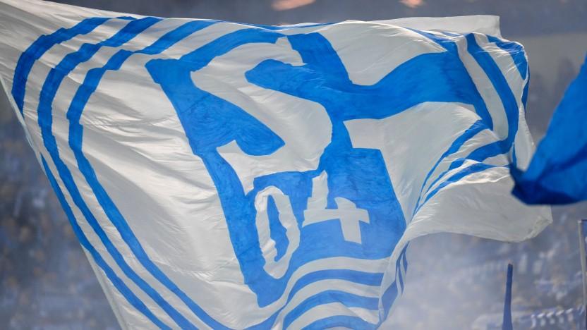 Fan-Fahne bei einem Spiel von Schalke 04