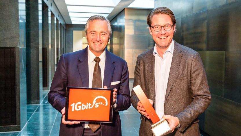 Vodafone-Chef Hannes Ametsreiter (l.) überreicht im Jahr 2018 Bundesminister Andreas Scheuer (r.) den ersten Gigabit-Kabel-Router von Vodafone.