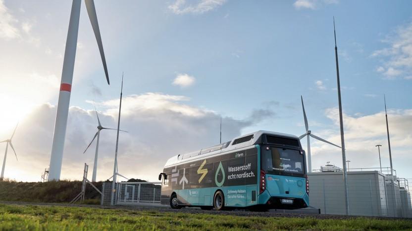 Brennstoffzellenbus vor dem Elektrolyseur in Bosbüll: Die Energiewende wird erlebbar.