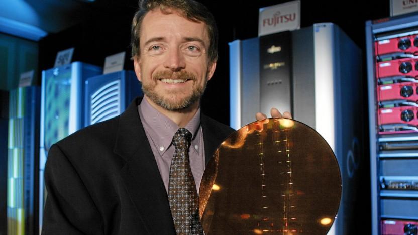 Intel-CEO Pat Gelsinger, damals noch CTO, hält 2006 einen Itanium-Wafer hoch.