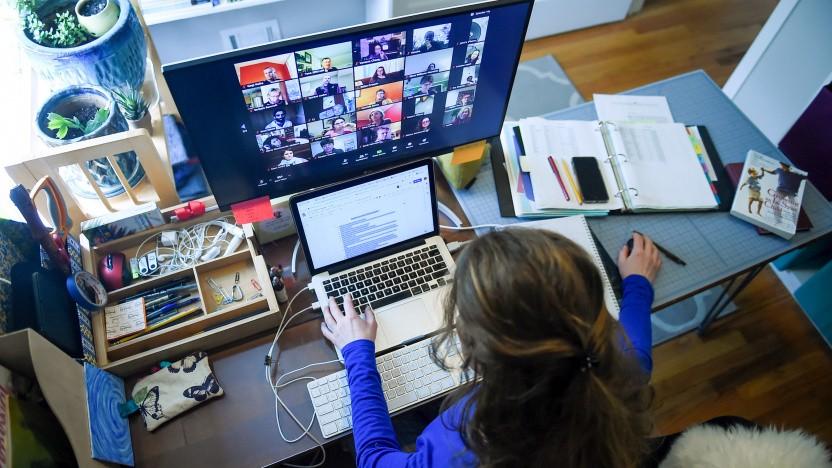 Lehrerin in Videokonferenz