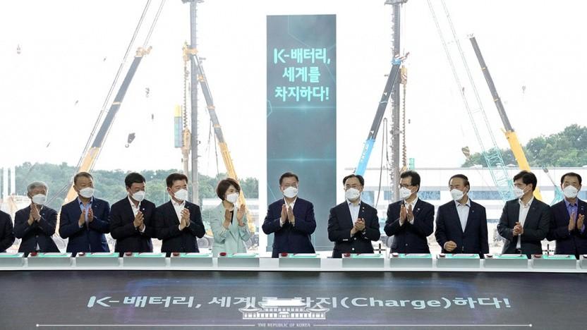 Regierungsmitglieder bei der Unterzeichnung der Verträge zur Förderung der Akkutechnik.