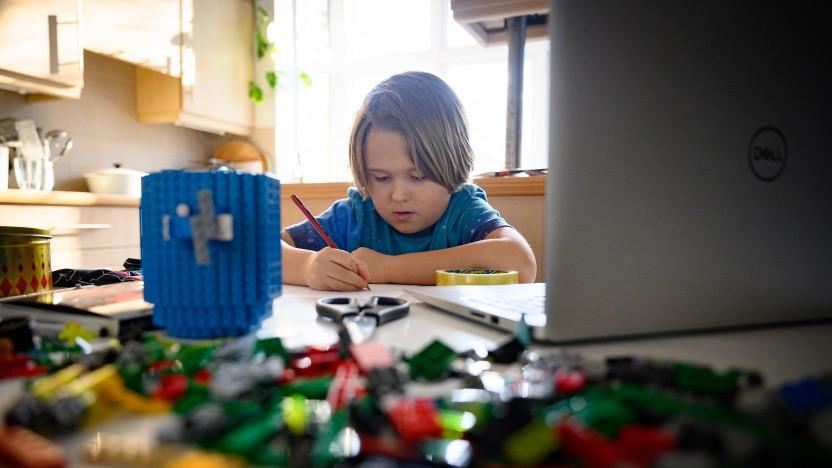 In der Pandemie müssen Schüler zuhause lernen. Die technischen Mittel dazu sorgen für Streit.