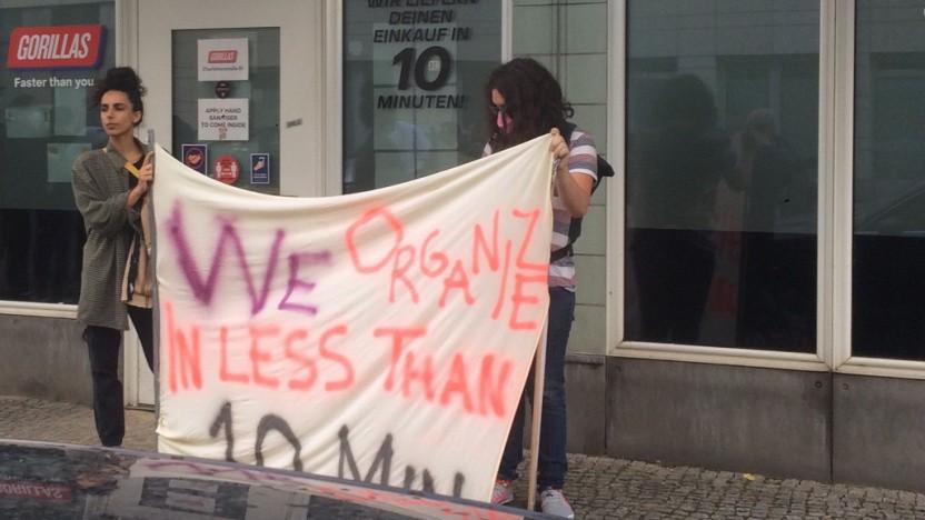 Gorillas-Arbeiter protestieren gegen Entlassungen.