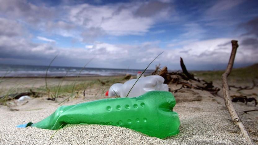 Plastikmüll am Strand: Sauerstoff und Sonnenlicht zersetzen Kunststoff. (Symbolbild)