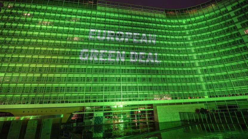 Das Berlaymont-Gebäude leuchtet anlässlich des europäischen Green Deals grün.