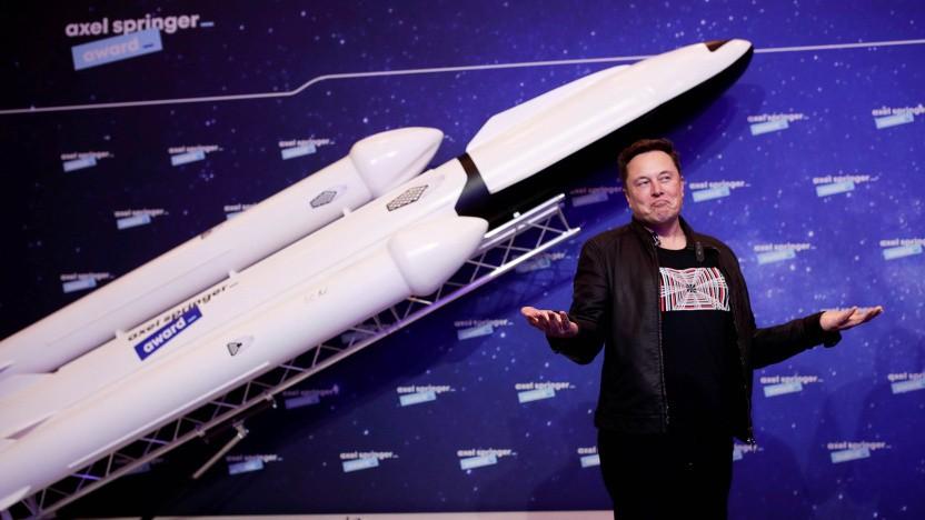 Elon Musk mit dem Modell einer Rakete: Zum Mars fliegen, aber nicht auf der Erde?