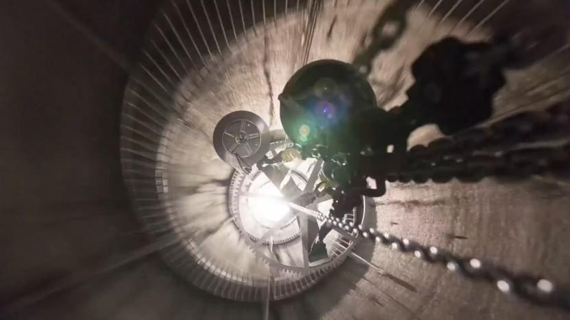 Das Uhrwerk wird in den Schaft mit einer Wendeltreppe am Rand herabgelassen.