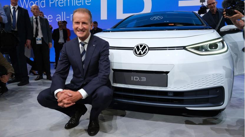 VW-Chef Herbert Diess vor dem Elektroauto VW ID.3