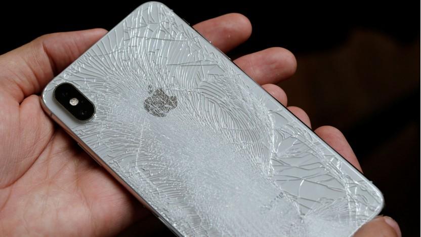 Zerbrochenes Smartphone-Gehäuse aus Glas (Symbolbild)